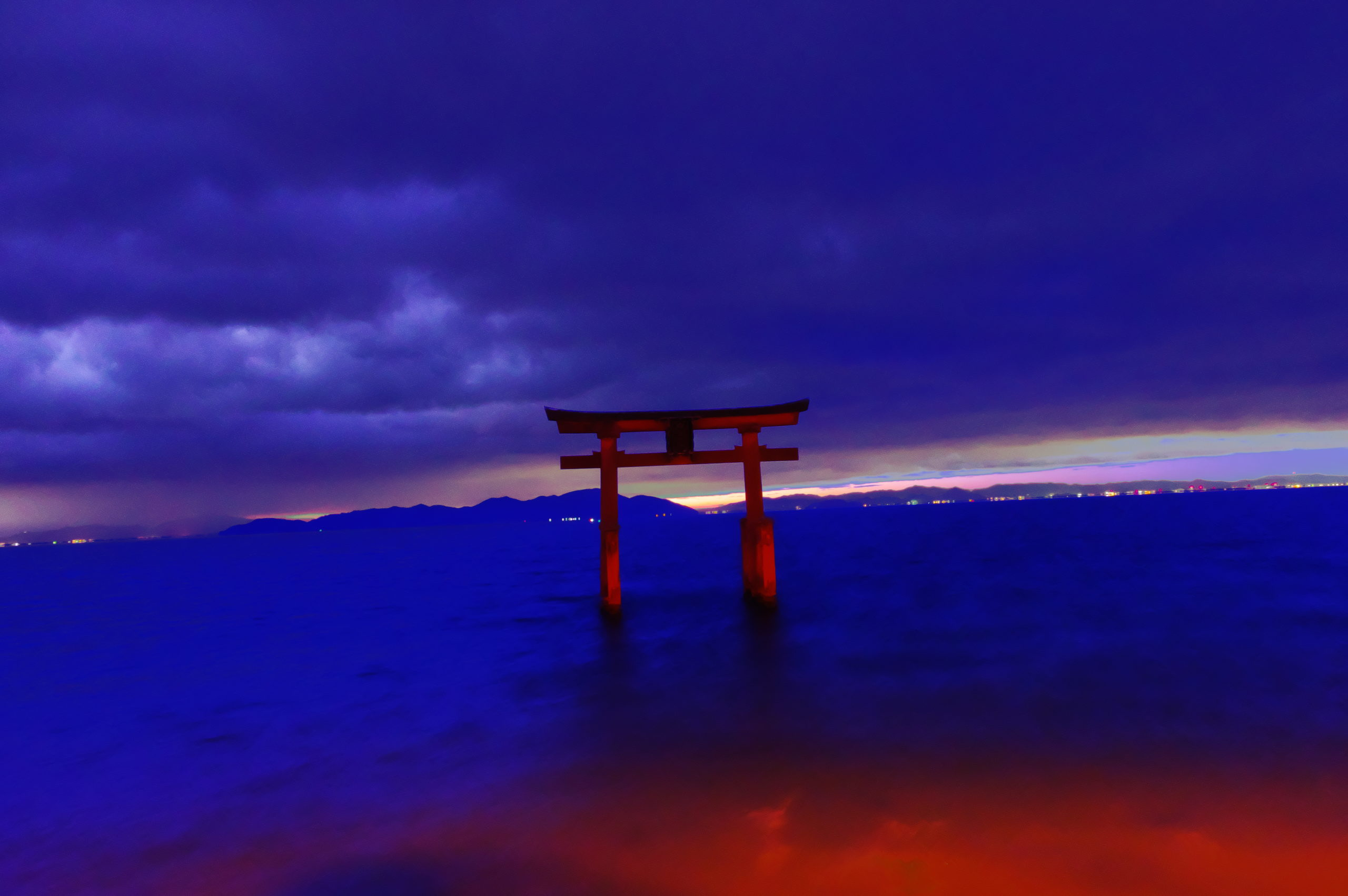 琵琶湖に浮かぶ白鬚神社の鳥居